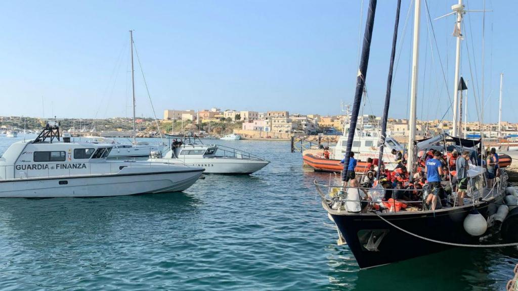Barco Alex atracou sem autorização no porto de Lampedusa