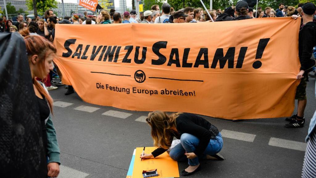 Em várias cidades alemãs houve manifestações de apoio à capitã que atracou sem autorização barco com migrantes em Lampedusa