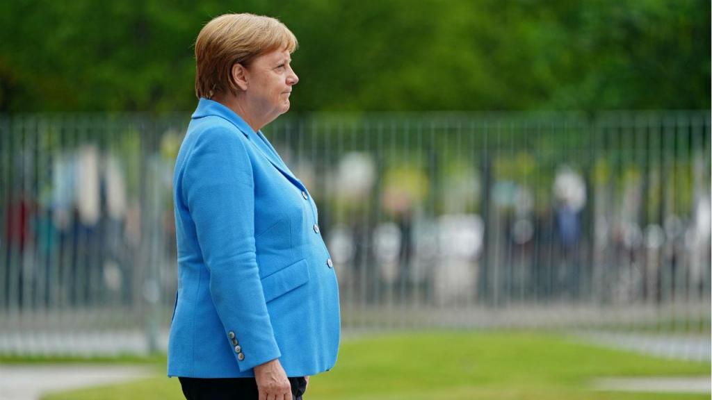 Angela Merkel voltou a tremer em público
