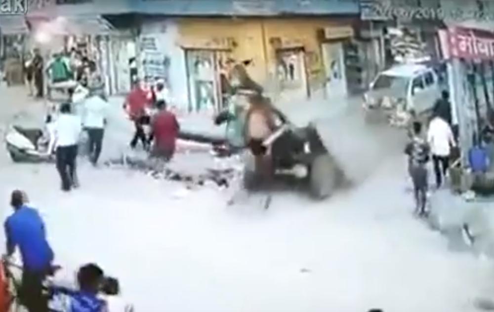 Acidente com carroça (reprodução YouTube)