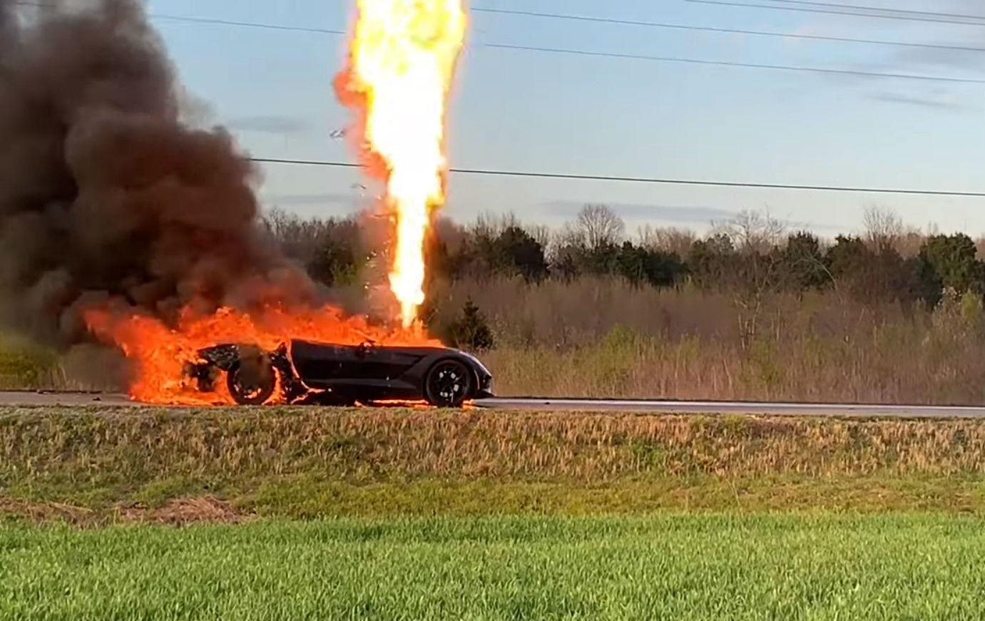 Corvette em chamas (reprodução YouTube)