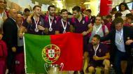 Campeões do Mundo de hóquei cantam o hino nacional com os adeptos