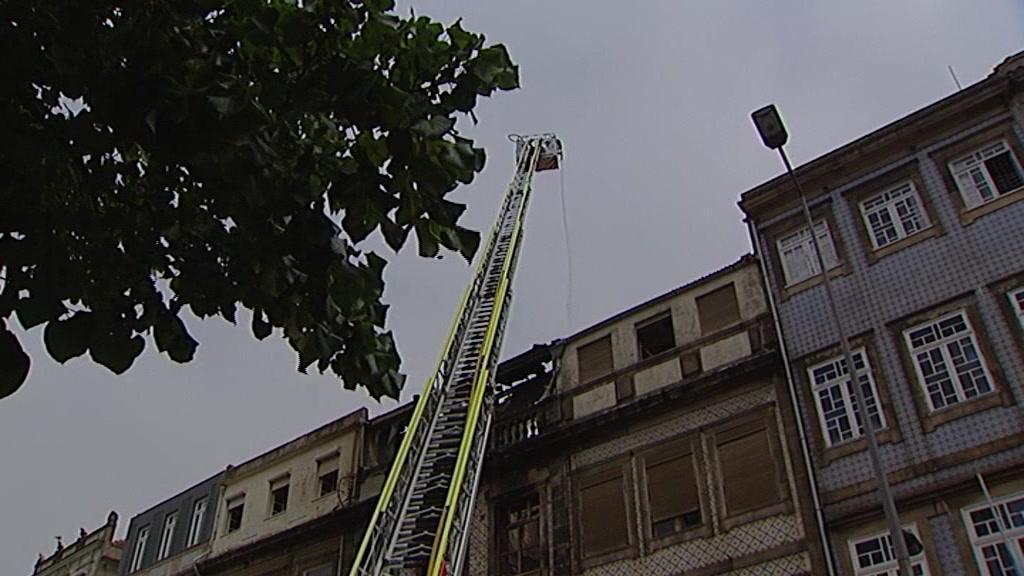 Incêndio em prédio no centro histórico do Porto deixa na rua o único morador