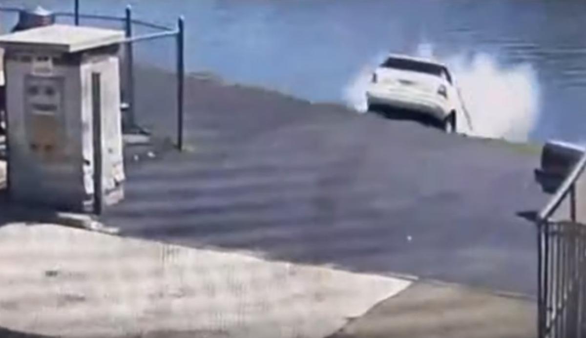 Acidente na lavagen automática (reprodução YouTube «CBS New York»)