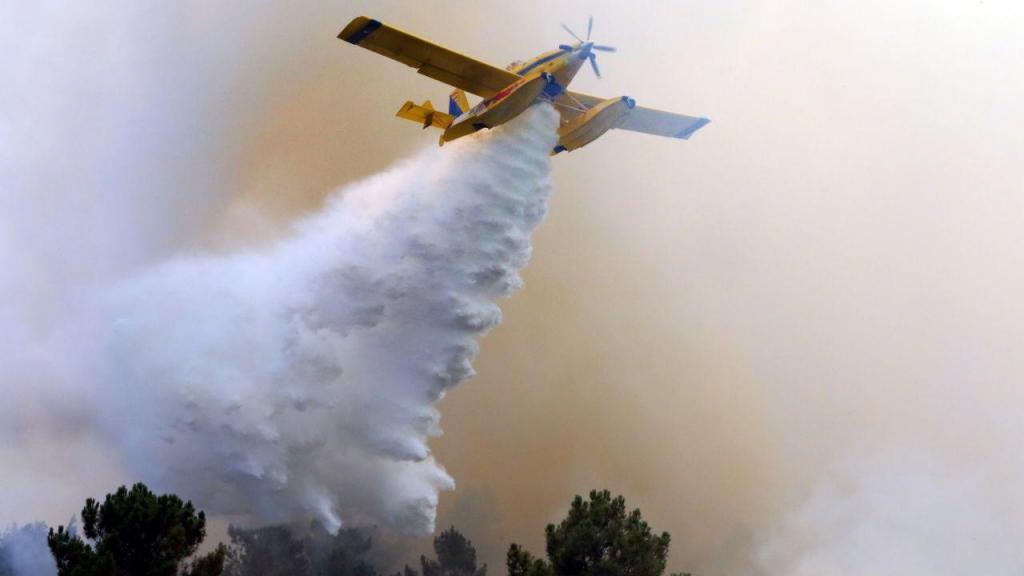 Meios aéreos combatem chamas em Mação