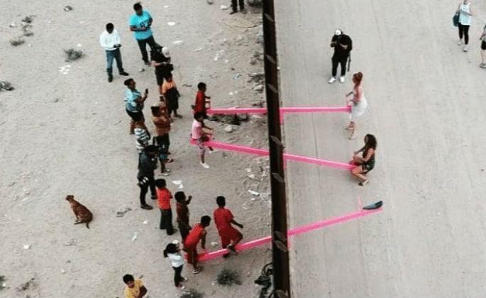 Baloiços cor-de-rosa na fronteira do México com os Estados Unidos