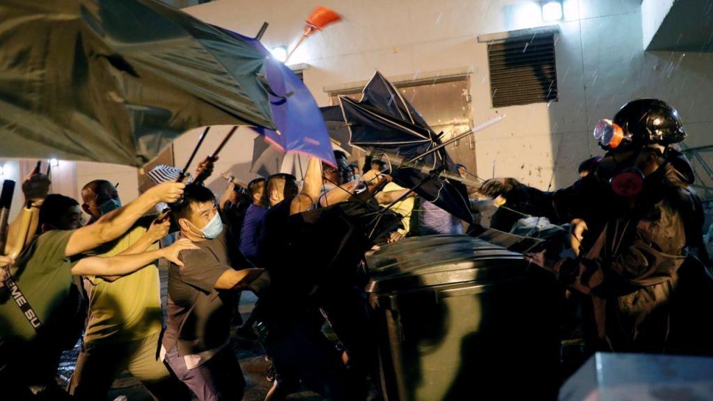Hong Kong vive mais uma noite de confrontos violentos