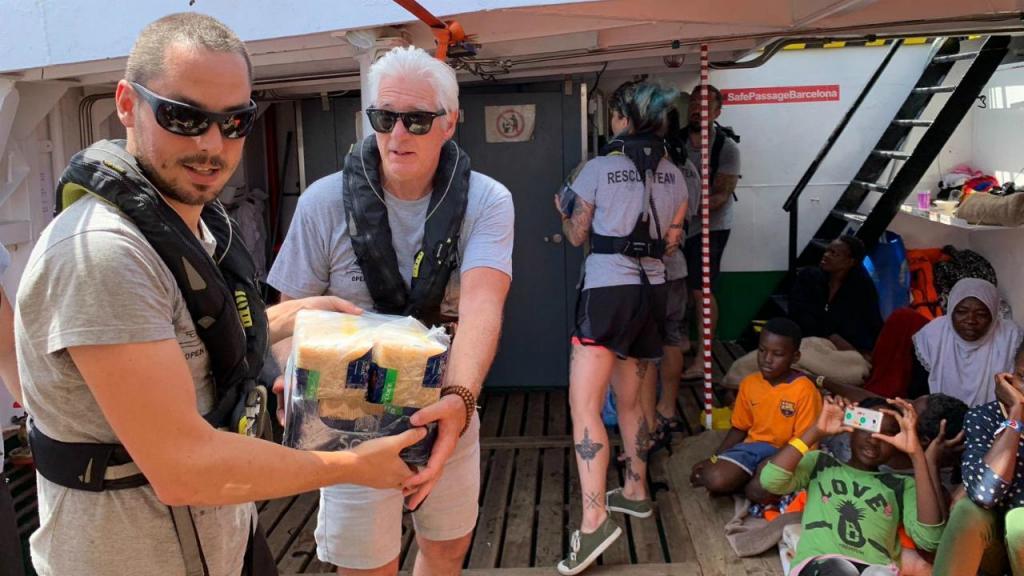Richard Gere leva comida aos refugiados