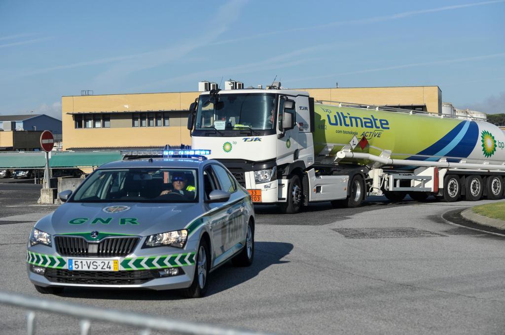 Piquete de greve à saída da sede da Companhia Logística de Combustíveis, em Aveiras de Cima (CARLOS BARROSO/LUSA)