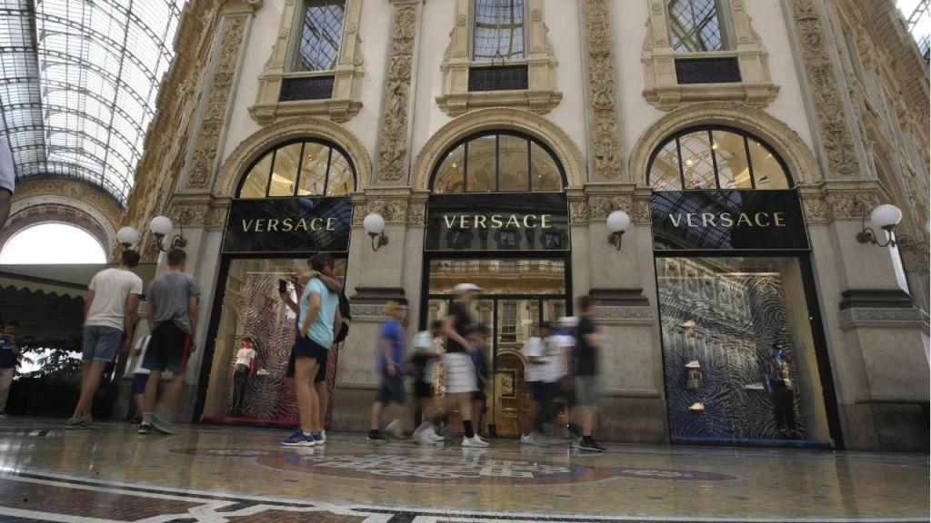 Uma loja da Versace em Milão
