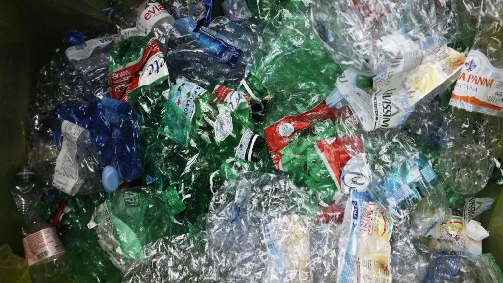 Trocar garrafas por bilhetes de metro: como Roma está a reciclar os plásticos
