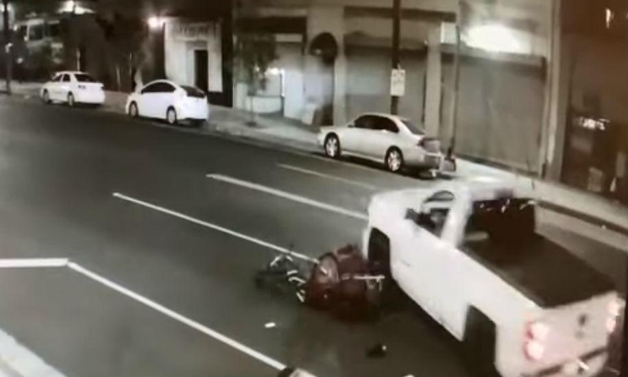 Pick-up choca de frente com ciclista