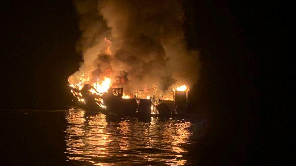 Barco incendeia-se com 38 pessoas a bordo