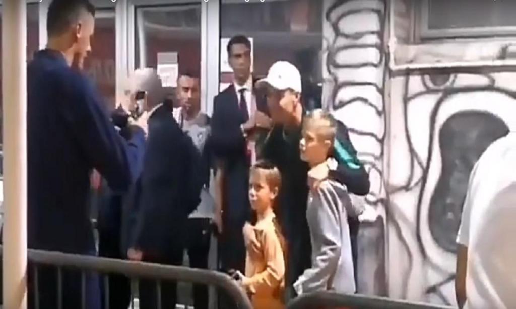 Ronaldo tira foto com filho de Matic (Youtube)