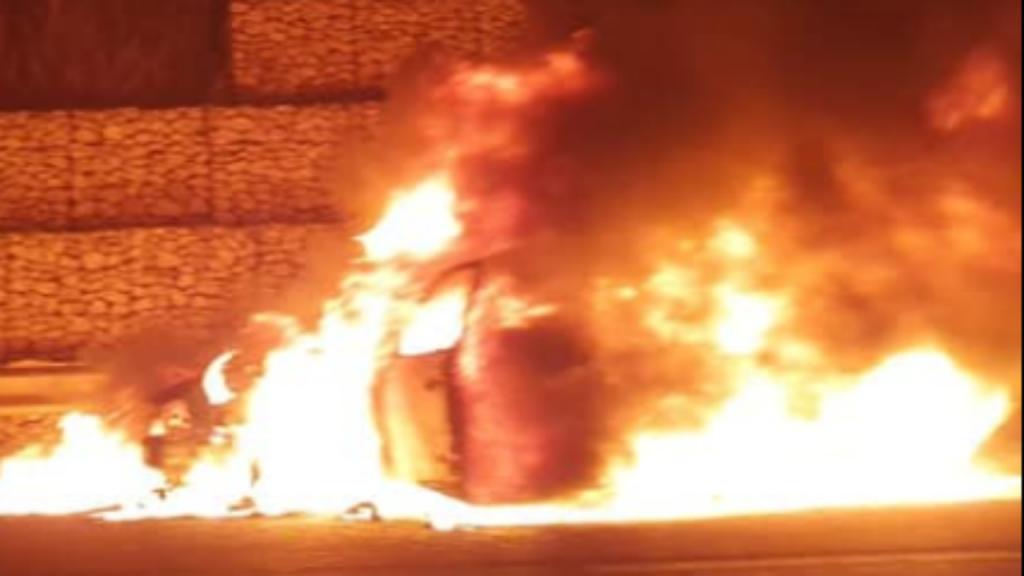 Carro consumido pelas chamas IC19