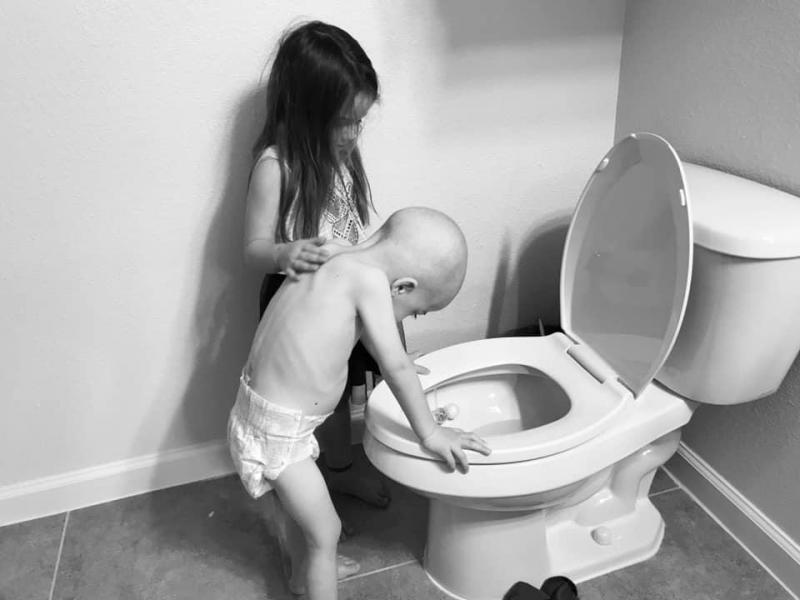 Menina de cinco anos ajuda o irmão com leucemia