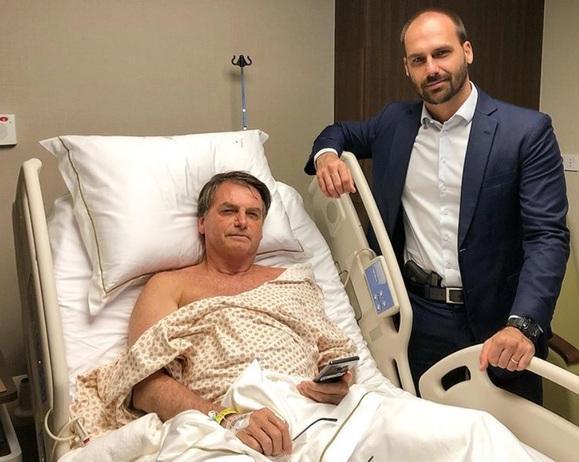 Eduardo Bolsonaro posou ao lado do pai no hospital com uma arma à cintura