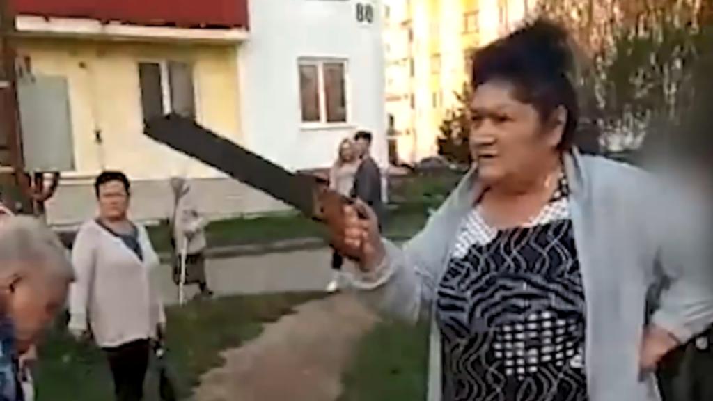 Avós russas destroem parque infantil
