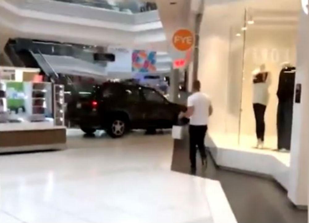 SUV invade centro comercial