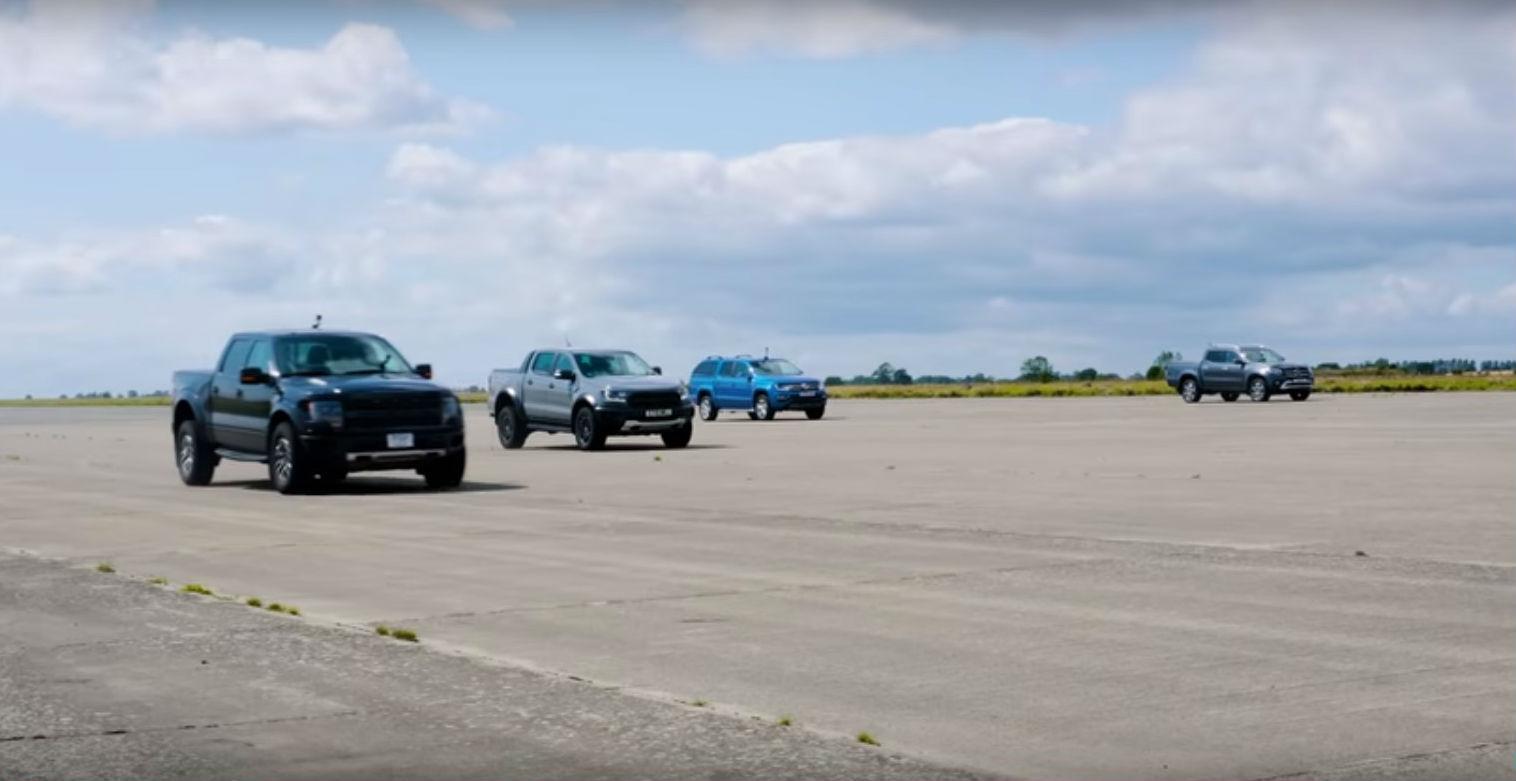 Drag race entre pick ups (reprodução YouTube «Carwow»)