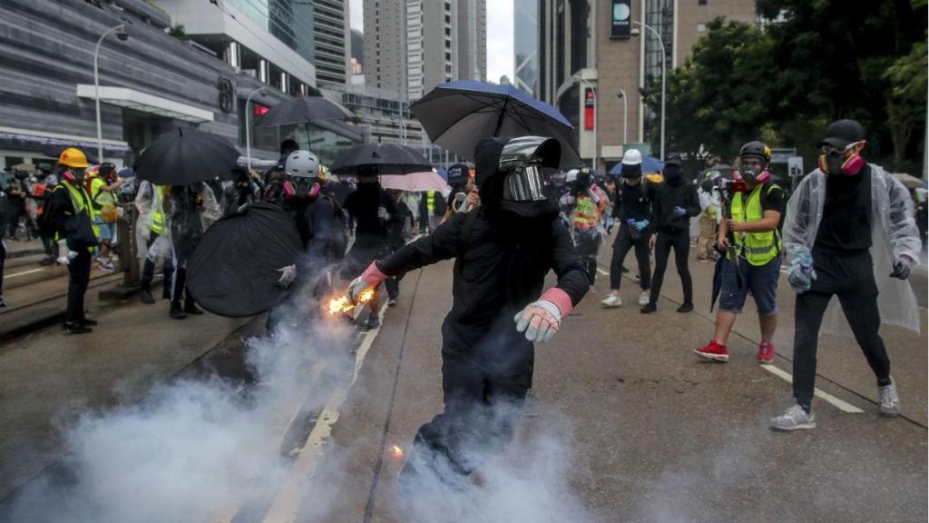 Milhares voltam às ruas em Hong Kong em protesto pela proibição de usar máscaras nas manifestações