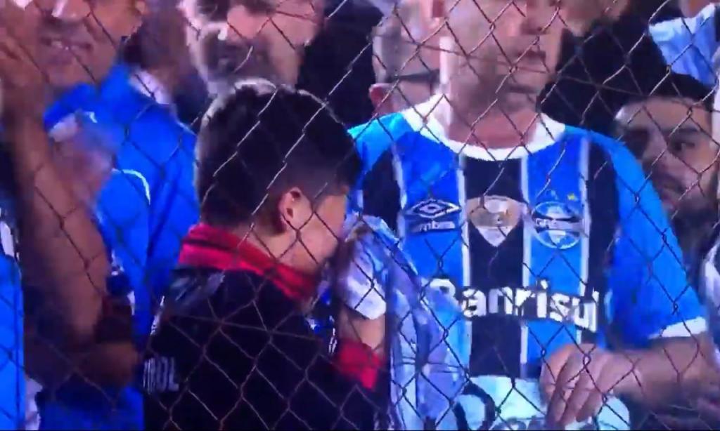 Adepto do Grémio chora após receber camisola de jogador (Youtube)