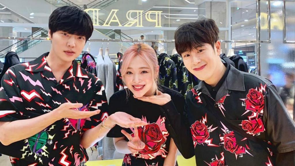 Sulli, ao meio, a artista K-Pop encontrada morta em casa