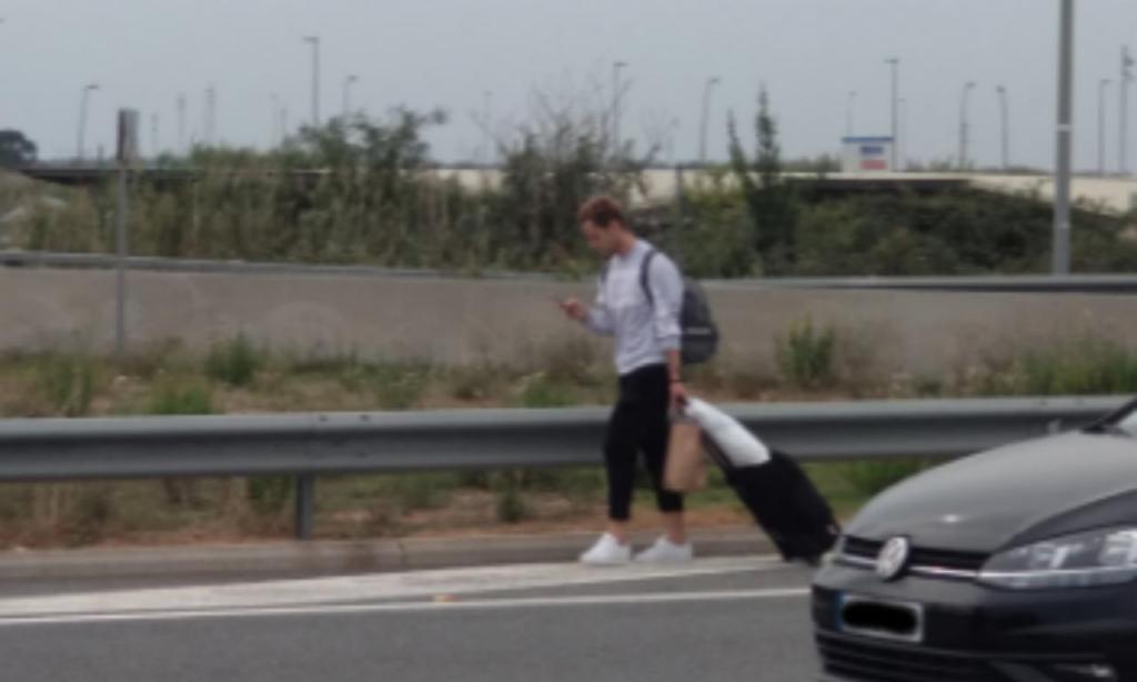 Rakitic, afetado pelas manifestações, caminha junto ao aeroporto El Prat de Barcelona (Twitter Pere Camps)