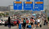 Manifestantes concentram-se no aeroporto de El Prat em Barcelona (Quique García/EPA)