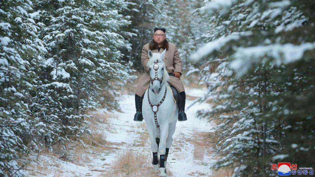 Kim Jong-un, líder norte-coreano, fotografado a cavalo no Monte Paektu, considerado sagrado
