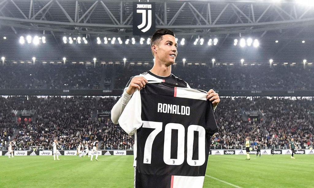 Cristiano Ronaldo com a camisola dos 700 golos