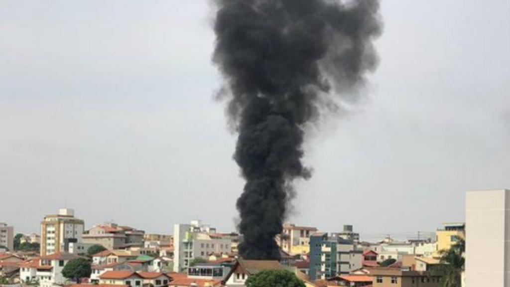 Avião cai em bairro residencial no Brasil