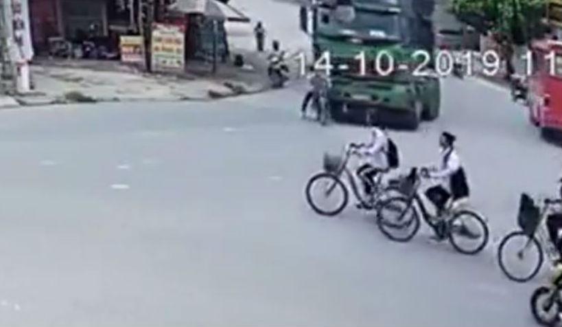 Acidente entre bicicleta e camião (reprodução YouTube)