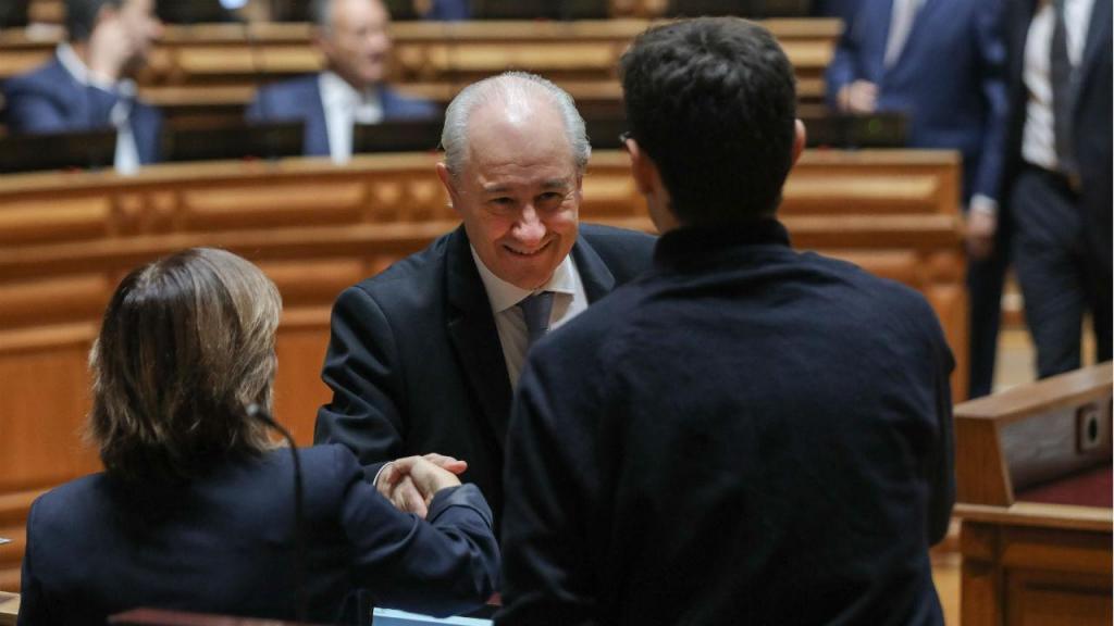 Rui Rio, líder da bancada parlamentar do PSD,  cumprimenta Catarina Martins, do Bloco, no dia de tomada de posse dos deputados