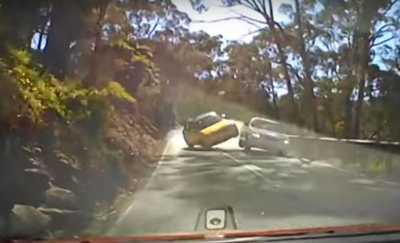 Ultrapassagem provoca acidente (reprodução YouTube 'Dash Cam Owners Australia')