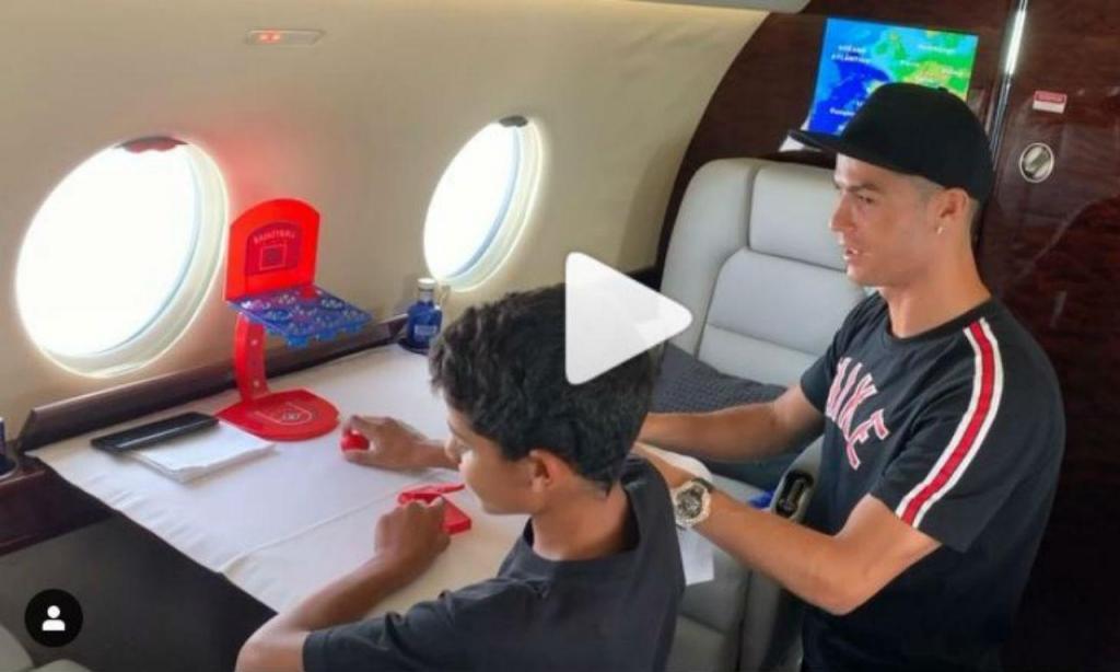 Ronaldo joga com o filho no avião (instagram)