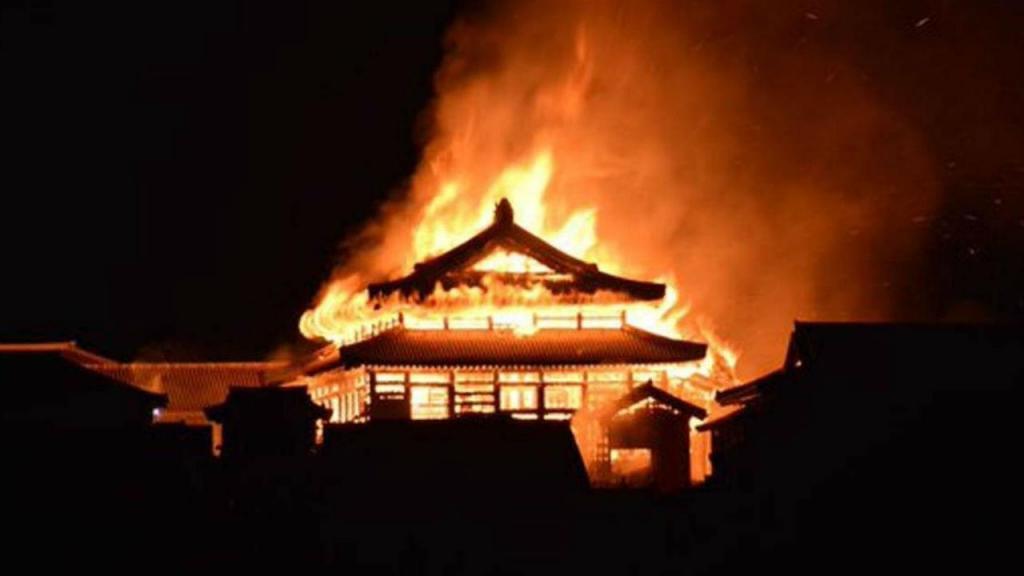 Incêndio atinge castelo histórico em Okinawa, Japão