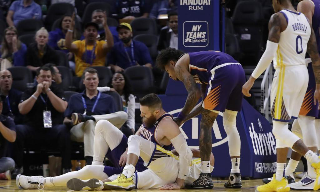 Aron Baynes caiu em cima de Stephen Curry (AP Photo/Ben Margot)