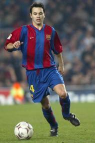 Com 17 anos Iniesta já treinava com o plantel principal do Barcelona mas ainda não se tinha estreado oficialmente
