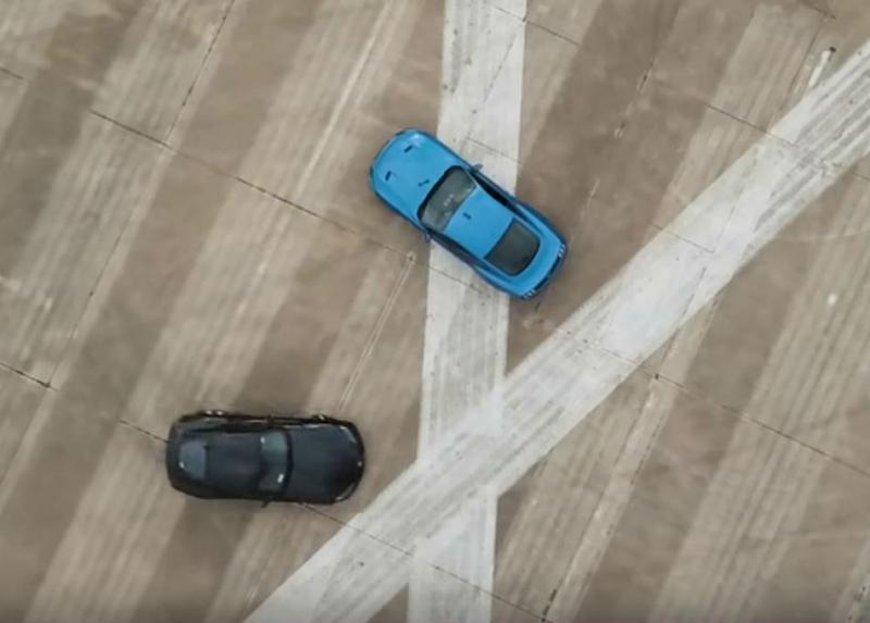 Toyota Supra 'Litchfield' vs. Ford Mustang (reprodução YouTube «Carwow»)