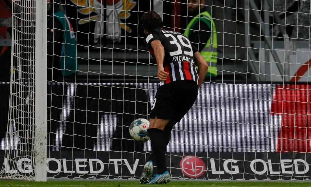 Eintracht Frankfurt-Bayern Munique: golo de Gonçalo Paciência (RONALD WITTEK/EPA)