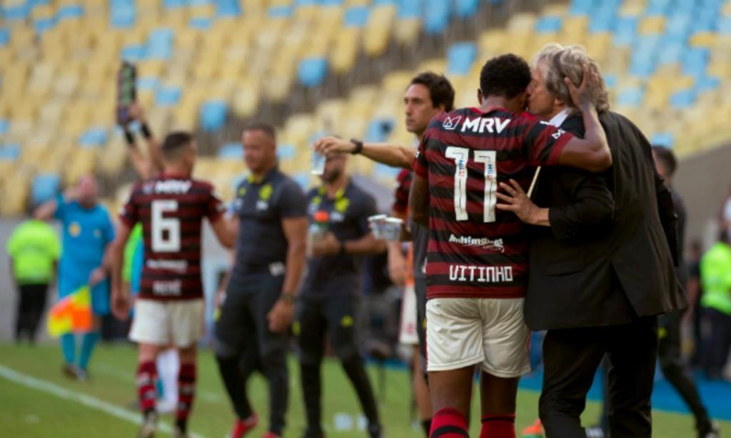 Jorge Jesus beija Vitinho no Flamengo-Corinthians (Alexandre Vidal/CRF)