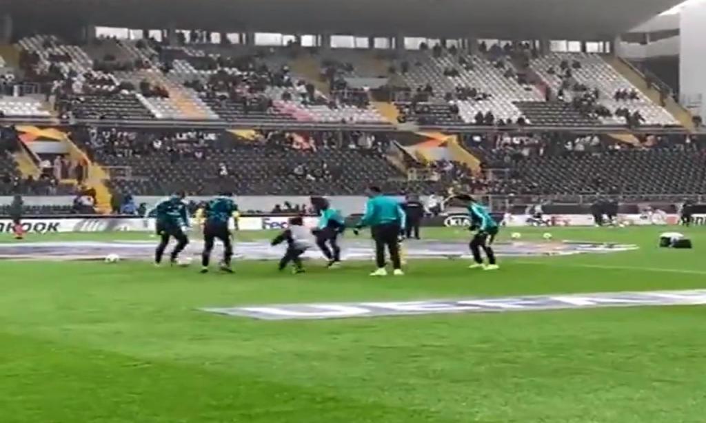 Apanha-bolas participa em meiinho do Arsenal