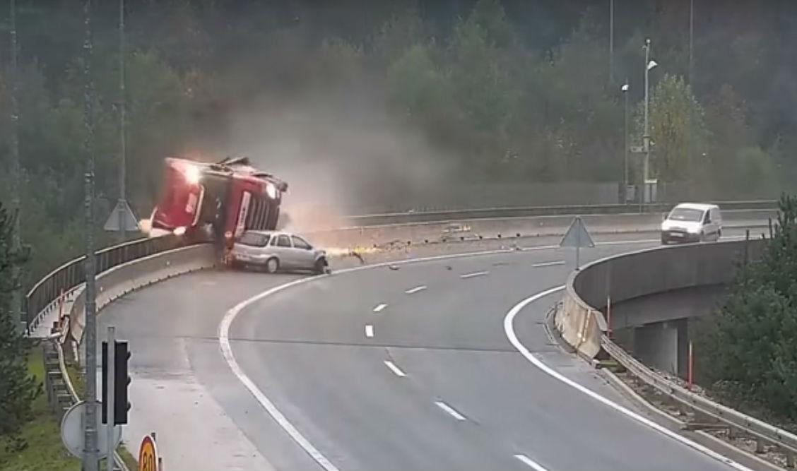 Acidente entre utilitário e camião na Eslovénia (reprodução YouTube «Klip»)
