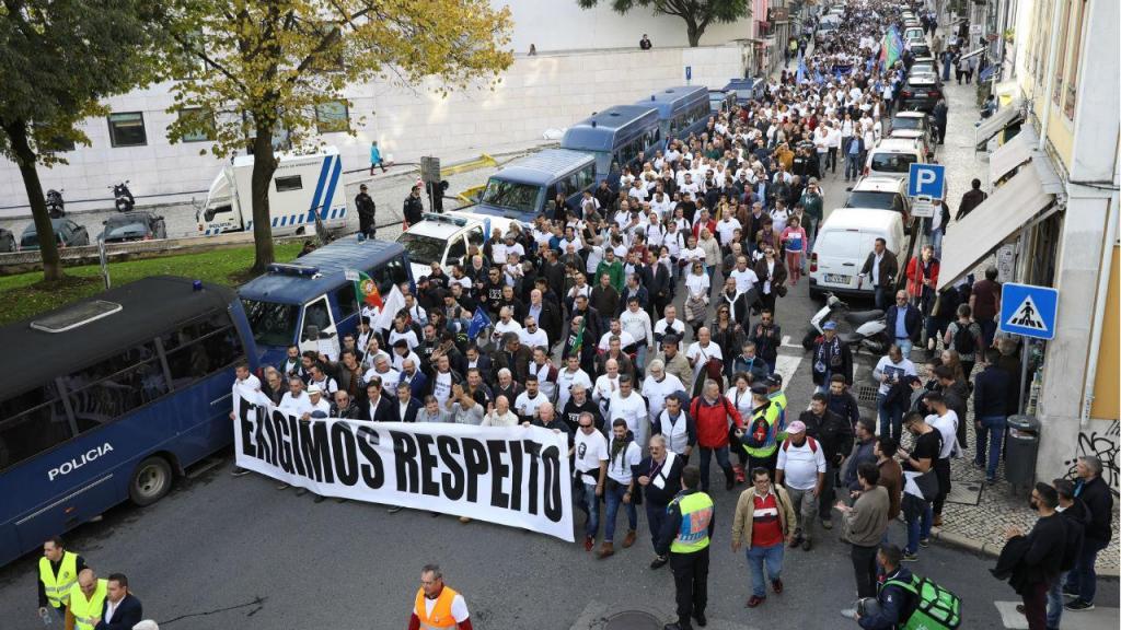 Manifestantes da PSP e GNR chegam à Assembleia da República