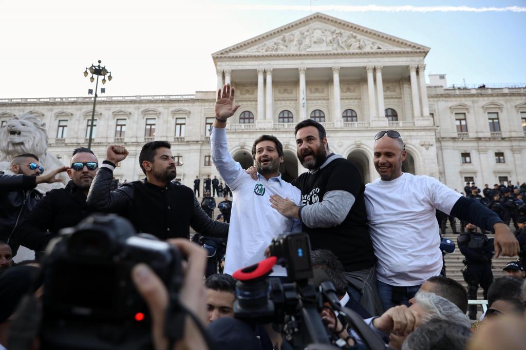 André Ventura junta-se à manifestação dos polícias em frente à Assembleia da República