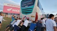 Jogadores do Alianza Lima a empurrar autocarro