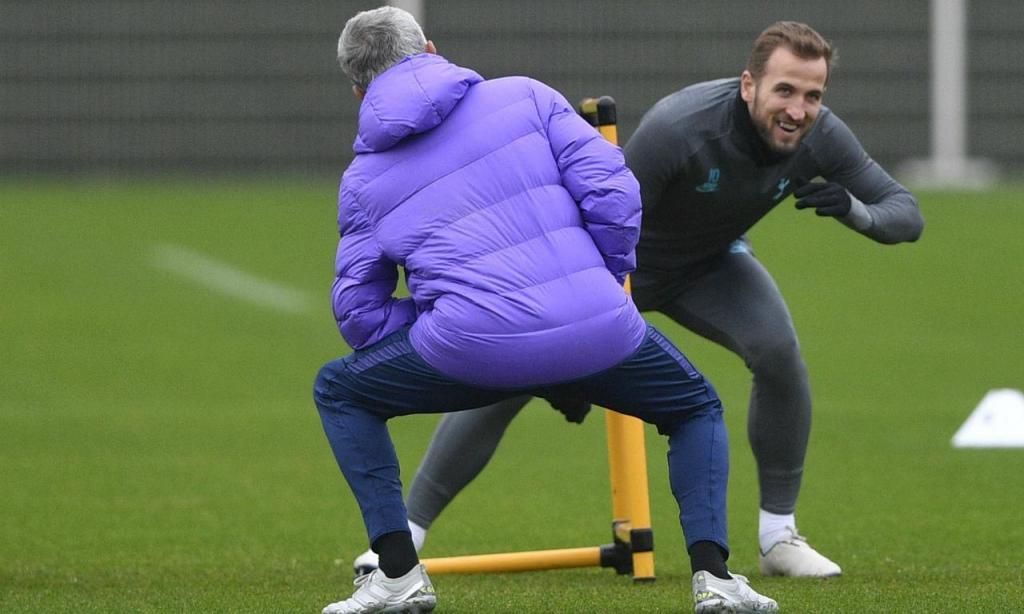 José Mourinho e Harry Kane no treino do Tottenham (Foto Lusa)