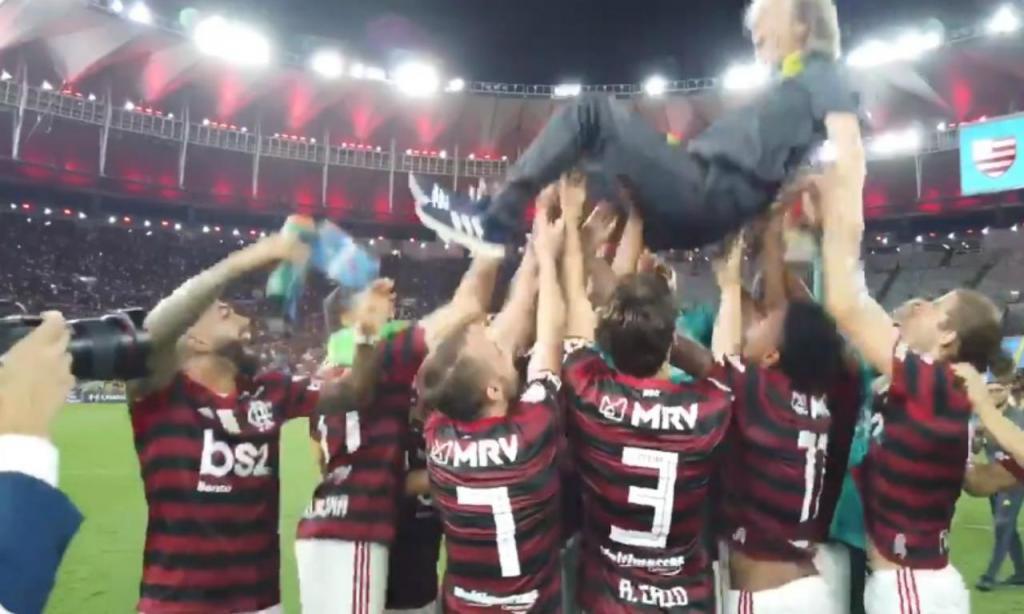 Jogadores do Flamengo atiram Jesus ao ar