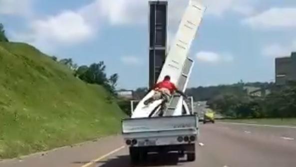 Homem quase voa para fora de carrinha